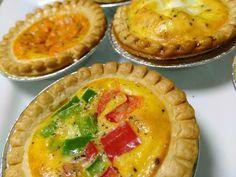 Mini quiches. Aux piments, au parmesan et à la sauce tomates Mini Quiches, Sauce Tomate, Apple Pie, Parmesan, Desserts, Food, Spice, Tomatoes, Original Recipe