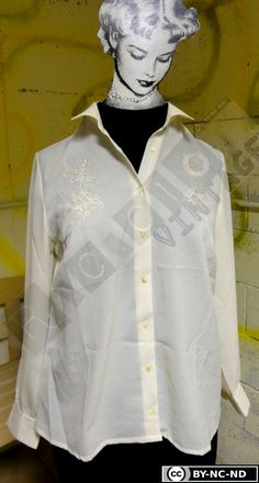 70s creamy white shirt with floral details. V-neck with collar and buttons, long sleeves di RCClo su Etsy