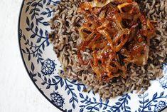 Ανακαλύψτε μία θρεπτική και υγιεινή συνταγή για φακές με καστανό ρύζι και καραμελωμένα κρεμμύδια.