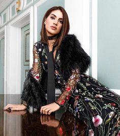 Poses, Floral, Ideias Fashion, Most Beautiful, Kimono Top, Bomber Jacket, Bohemian, Sari, Classy