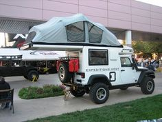 Another cool camper idea! Once again, a Jeep Wrangler is the most perfect vehicle! Jeep Jk, Jeep Truck, 4x4 Trucks, Land Rover Defender, Vw Bus, Vw T3 Doka, Truck Tent, T2 T3, Pickup Camper