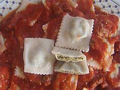 CULULZONES (ravioli) : pasta fresca con ripieno di ricotta e bietole,il tutto condito da uova prezzemolo e zafferano.