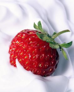 Μάσκα προσώπου με φράουλες και γιαούρτι | BeautyMe Strawberry, Fruit, Food, Strawberry Fruit, Hoods, Meals, Strawberries