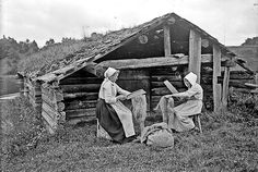 Scutching the flax, Leksand, Sweden. Photo by Heurlin Gustaf, between Västergötlands museum Old Photos, Vintage Photos, Spinning Wool, Spinning Wheels, Flax Fiber, Flax Plant, Romantic Images, Loom Weaving, Tapestry Weaving