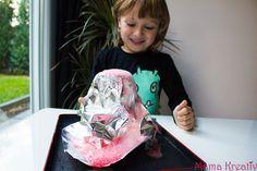 Meine Kinder lieben Experimente! Und ich liebe Experimente mit meinen Kindern zu machen:) Erik wollte schon wieder mal einen Vulkan basteln und so haben wir einen kompletten Nachmittag mit Farben, Natron, Stärke und Rasierschaum verbracht… Experimente für Kinder: Vulkan aus Alufolie Angefangen haben wir natürlich mit einem Vulkan🙂 Wir haben schon mal einen Vulkan aus …