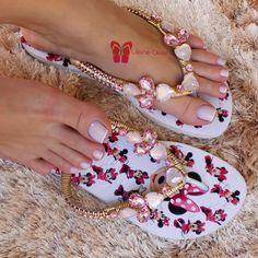 """Jéssica Riviery  on Instagram: """"Boa tarde amores! Que AMOR essas havaianas personalizadas da Minnie ❤️ A @estilolilianeoliver arrasando como sempre! Meninas ela envia para…"""" Flip Flops Diy, Wedding Flip Flops, Flip Flop Sandals, Decorating Flip Flops, Beautiful Toes, Sneaker Heels, Toe Rings, Strappy Sandals, Shoes Sandals"""