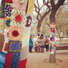 Urban knitting en L'Hospitalet de Llobregat (foto de susana zarco) #teiximelbarri www.calacoru.com