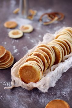 Blinis – chefNini Blinis Recipes, Crepes, Soul Food, Finger Foods, Doughnut, Pancakes, Food Photography, Toast, Brunch