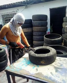 Brazilian Artist Uses The Used Tires That People Throw In The Streets To Create Beds For Animals is part of Tire garden They say that no beauty shines brighter than that of a good heart After all, - Tire Furniture, Furniture Ideas, Tire Garden, Tire Art, Used Tires, Diy Dog Bed, Comfort And Joy, Cozy Bed, Pet Beds