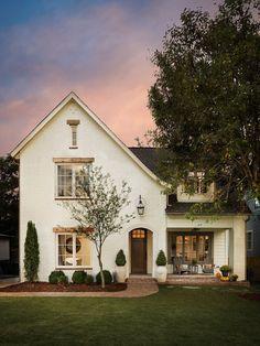 30 Popular Traditional Home Design Exterior Ideas White Exterior Paint, House Paint Exterior, Exterior House Colors, Brick Paint Colors, Modern Farmhouse Exterior, Farmhouse Front, French Farmhouse, Farmhouse Style, Farmhouse Decor