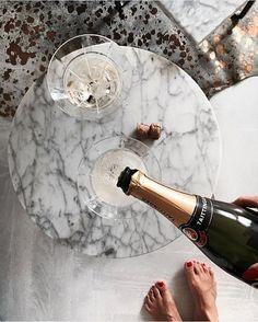 Väldigt lite sömnMen GM världen här är jagHa en fantastisk dagEnligt vår dotter så är det helg idagDå skolan är stängd imorgonSå jag bjuder på en av alla champagne bilder. Me like them and champagnePuuuuuussss #interiorbyjana #champagne #ebru #oxdenmarq