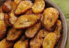 Piquant Chicken Souvlaki with Tomato Pepper Relish + a side of Fried Ripe Plantains Ripe Plantain, Cuban Recipes, Snack Recipes, Cooking Recipes, Fast Recipes, Banana Da Terra Frita, Sweet Fried Plantains, Plantain Recipes, Gourmet