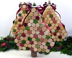 How to Make Cork Wreaths & Christmas Decor (Video). Decorate your holiday home with a DIY cork wreath or other creative Christmas decor with unused corks! Cork Christmas Trees, Noel Christmas, Christmas Decorations, Christmas Ornaments, Xmas Trees, Cork Ornaments, Christmas Ideas, Christmas Centerpieces, Christmas Jewelry