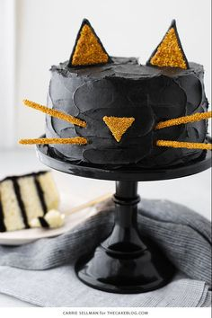 Let these clever creations double as decorations for your annual Halloween bash. Creative dessert ideas for your spooky Halloween party. Spooky Halloween Cakes, Halloween Torte, Pasteles Halloween, Soirée Halloween, Easy Halloween Desserts, Halloween Birthday Cakes, Halloween Kitchen, Halloween Cupcakes, Ideas Para Fiestas