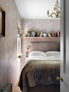 Small room ideas and small space design - small house ideas Small Rooms, Small Spaces, Bedroom Small, Small Apartments, Headboard Cover, Space Gallery, Small Space Design, London House, Upholstered Furniture