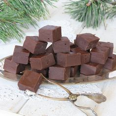 Drömgod fudge som går blixtsnabbt att göra. En riktig favorit!!! Christmas Candy, Christmas Baking, All Things Christmas, Christmas Time, 5 Min Fudge, Lollipop Candy, Scandinavian Food, Candy Cookies, Homemade Candies