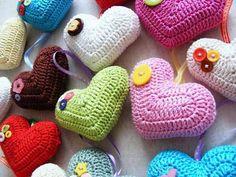 Sevgililer gününde özel olarak hazırlayabileceğiniz anlatımlı tığ işi modelleriile harika kalpler yapmak çok zor değil. Evinizin renksiz ve solgun köşelerini biraz olsun hareketlendirm