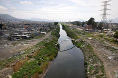 Um lugar chamado lar.  Rio La Compania, México. O rio La Compania é um canal de esgoto que atravessa os municípios de Chalco, Chimalhuacan e Nezahualcoyotl. É também a principal fonte de poluição e infecção para a população local, em grande parte empobrecida.  Fotografia: Misael Valtierra / Al Jazeera.