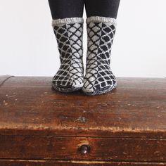 SATEENKAARIA JA SERPENTIINIÄ Lots Of Socks, My Socks, Boot Socks, Slipper Boots, Knitting Socks, Sock Shoes, Leg Warmers, Bunt, Mittens