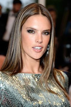 Alessandra Ambrosio recently debuted a full head of pin-thin highlights. The process of achieving this look can be costly and time consuming, but the ending result doesn't disappoint. Rio Grande Do Sul, Alessandra Ambrosio, Thin Highlights, Elite Model, Hair Dos, Hair Hacks, Her Hair, Hair Inspiration, Hair Makeup