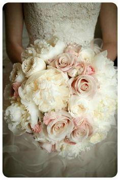 Bouquet di rose e peonie in rosa e panna. Romantico e senza tempo per le spose più classiche.