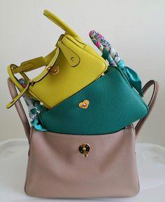 The Hermès Mini Lindy: All the Info You've Been Waiting for - PurseBop Hermes Handbags, Burberry Handbags, Louis Vuitton Handbags, Hermes Lindy 26, Hermes Paris, Hobo Bag, Mini Bag, Bucket Bag, Fashion Backpack