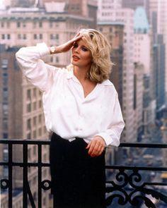 На протяжении всего фильма Элизабет появлялась как в своей, так и в рубашке Джона. Эту вещь она сочетала с длинными юбками и объемными пальто. Вы можете поступать точно также, но не ищите стандартных путей, таких как белая рубашка с черными брюками. Попробуйте сочетать ее с рваными джинсами и бомбером, с юбкой-трапецией и массивным ожерельем