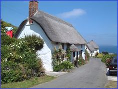 Seaside cottage in Cornwall, head for Polly Joke and you'll discover a… Cozy Cottage, Cottage Homes, Cottage Style, Cottage Gardens, Devon And Cornwall, Cornwall England, Cottages By The Sea, Beach Cottages, Country Cottages