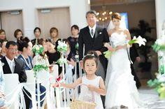 結婚式レポ 姪っ子にフラワーガールお願いしたよ ドタンバで怖じ気づかないか心配だったけど頑張ってくれました それよりお父さんと並ぶと顔小さく見えて良かったわw #結婚式レポ #挙式 #人前式 #子連れ結婚式 #銚子 #フラワーガール #flowergirl #wedding #マーメイドドレス #卒花