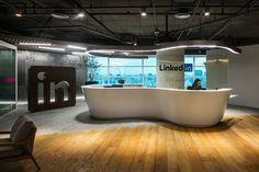 A luminária acompanha o formato do balcão da recepção do LinkedIn, que tem clima aconchegante
