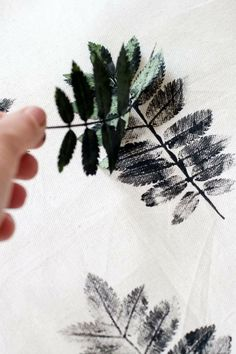 DIY: Patterned pillows with sheets .DIY: Patterned pillows with sheets MoreLeaf stamp Diy And Crafts, Kids Crafts, Arts And Crafts, Idee Diy, Leaf Prints, Fabric Painting, Faux Painting, Diy Art, Printing On Fabric