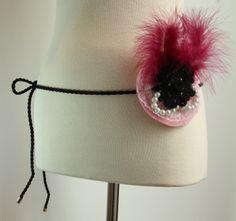 CINTURÓN BURLESQUE - Base fieltro con flor de lana, perlas, plumas color burdeos y puntilla plisada. Precio: € 20