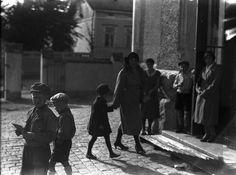 Äiti saattamassa lasta Kerttulin kouluun syyslukukauden 1932 alkaessa. Koulu rakennettiin vuonna 1912.  Kuvaaja: Turun Sanomat Turun museokeskuksen valokuva-arkisto TS11341