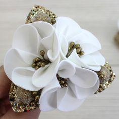 Felt Flowers, Flowers In Hair, Fabric Flowers, Paper Flowers, Making Hair Bows, Diy Hair Bows, Bead Jewellery, Beaded Jewelry, Flower Chandelier
