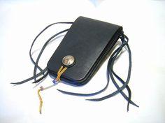 栃木レザーのヌメ革(ブラック)にて製作したメディスンバッグ。ベルトに通して使用するタイプです。黒のヌメ革は、使用に伴い経年変化で独特のツヤを放ちます。サイズ:...|ハンドメイド、手作り、手仕事品の通販・販売・購入ならCreema。