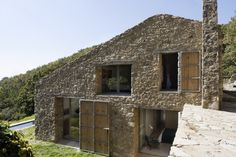 Ábaton Architects transformed an abandoned stable in Extremadura, Spain, into a contemporary family home. They integrated perfectly the architecture into Architecture Design, Architecture Renovation, Contemporary Architecture, Country Modern Home, Modern Rustic, Best Barns, Stone Houses, Home Fashion, Exterior Design