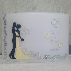 Diese edle Hochzeitskerze wurde mit Effektwachsen gestaltet, verziert mit einer Herzkette und silbernen Eheringen.  Auf der Rückseite kann optional ein Foto angebracht werden! (€ 10,-...
