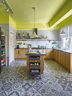 It is never easy to decide on a color or two for your Interior Kitchen Design. You may be apprehensive to go bold but are certain that you do not want a kitchen like your mother had either. Painting Kitchen Cabinets, Kitchen Tiles, Kitchen Flooring, Kitchen Dining, Kitchen Decor, Scandinavian Kitchen, Cuisines Design, Interior Design Kitchen, Kitchen Designs