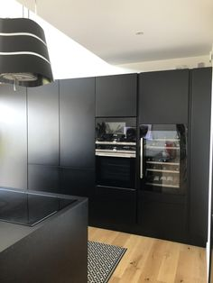 Cuisine noire et bois : 15 modèles tendances ! - Kozikaza Kitchen Cabinets, Kitchen Appliances, Kitchens, French Door Refrigerator, Inspirer, Design Moderne, House, Cave, Home Decor