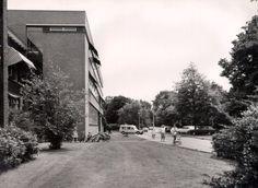 Beschrijving: Links een ziekenafdeling van de r.k. Dr. Noletstichting aan de Penninglaan, gezien in de richting van de Stadhouderslaan.