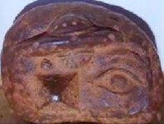 Piedra hallada en Puerto Rico; aparecen en ella un OVNI, una pirámide y el ojo que todo lo ve.