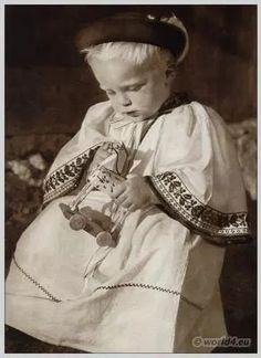 Slovak wedding song – Chodila dievcina (folk)*Karel Plicka, slovenské kroje*Sága krásy – Ej na tarki. Bohemian Girls, Bohemian Art, Folk Costume, Costumes, Fine Art Photo, My Heritage, Vintage Photographs, Love And Light, Folklore
