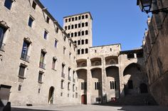 Barcelona. Plaça del Rei. A l'esquerra el Palau del Lloctinent. A la dreta. la capella de Santa Àgata. Davant, el Saló del Tinell i el mirador del rei Martí.
