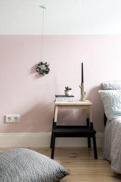 Halbhoch & Rosa: Die Wand im Schlafzimmer. www.kolorat.de #KOLORAT #Wandfarbe #streichen