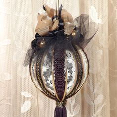Ornement victorien de pendaison    A été le prix de vente de 19,95 $ 12.95  Il sagit dun noir joliment décoré & or ornement victorien de
