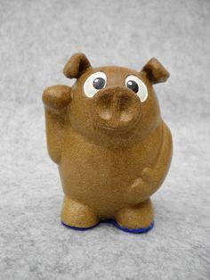 オーブンで焼ける陶芸粘土『ヤコ オーブン陶土』で作った招き猫ならぬ招き豚の貯金箱です。素焼きの上から模型用アクリル塗料で色を付け、専用コーティング剤『yu~』...|ハンドメイド、手作り、手仕事品の通販・販売・購入ならCreema。