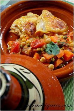 Tajine de poulet aux pois chiches, carottes, petits pois, tomates et oignons