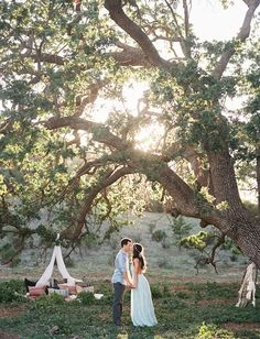 Beautiful photo opp idea with all the trees in South Lake; bohemian engagement - a kiss under the tree Engagement Props, Picnic Engagement, Engagement Pictures, Wedding Engagement, Pre Wedding Photoshoot, Wedding Shoot, Dream Wedding, Wedding Blog, Couple Photography