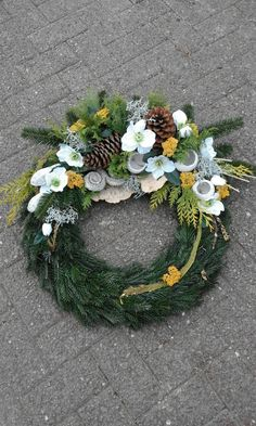 Green and gold Christmas wreath - Moja strona Gold Christmas, Christmas Wreaths, Christmas Decorations, Grave Decorations, Handmade Decorations, Funeral Floral Arrangements, Flower Arrangements, Flower Arrangement Designs, Funeral Flowers