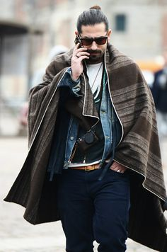 Men oh men where are though? This is stylish! Love the poncho look Mens Fashion Blog, Look Fashion, Urban Fashion, Fashion Fashion, Mode Masculine, Ethno Style, Bohemian Style, Bohemian Man, Boho Chic